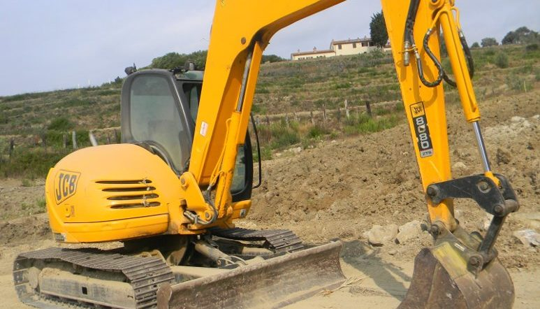 escavatore per movimento terra terrazzamenti scavi fognature realizzazione fossi - bms costruzioni